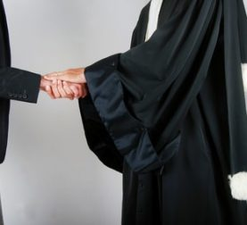 Anwalt tröstet Mandanten