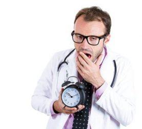 Arzt mit weiteren Aufgaben