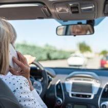 Telefonieren mit dem Handy beim Fahren mit dem Auto