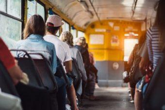 Mitarbeiter arbeitet in einem Bus
