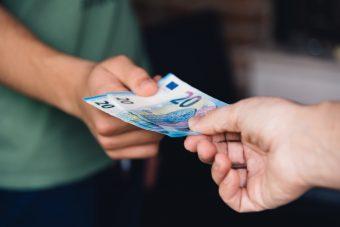 Verkauf: Geld wechselt den Eigentümer